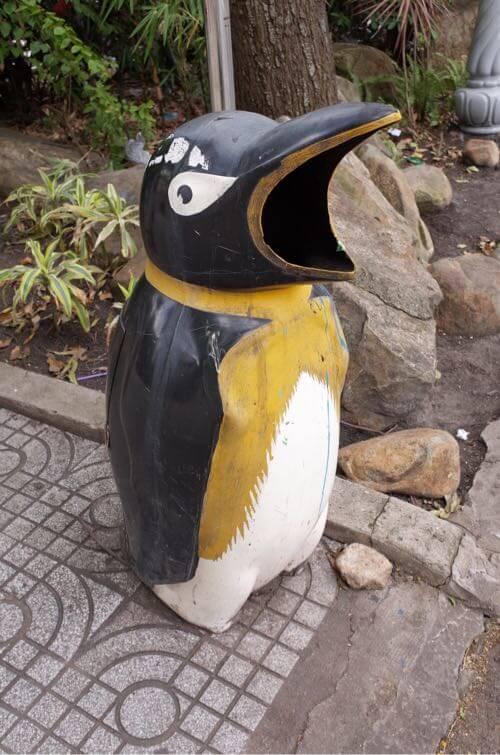 ベトナムで見かけるペンギンのゴミ箱