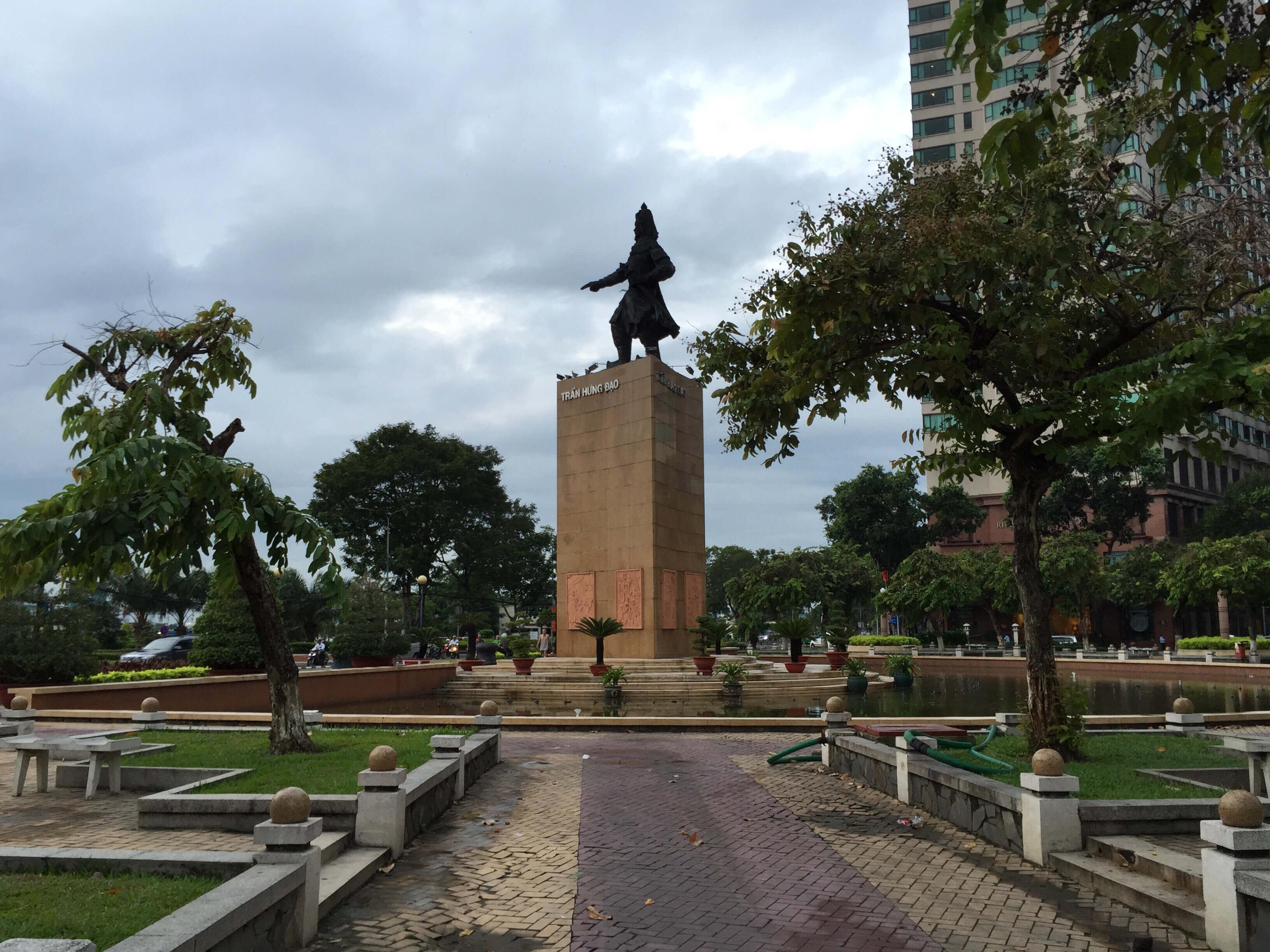 【フォトランニング 】タイバルン通りからサイゴン川へ  英雄チャンフンダオの像を眺めてきた。そして、飯うま