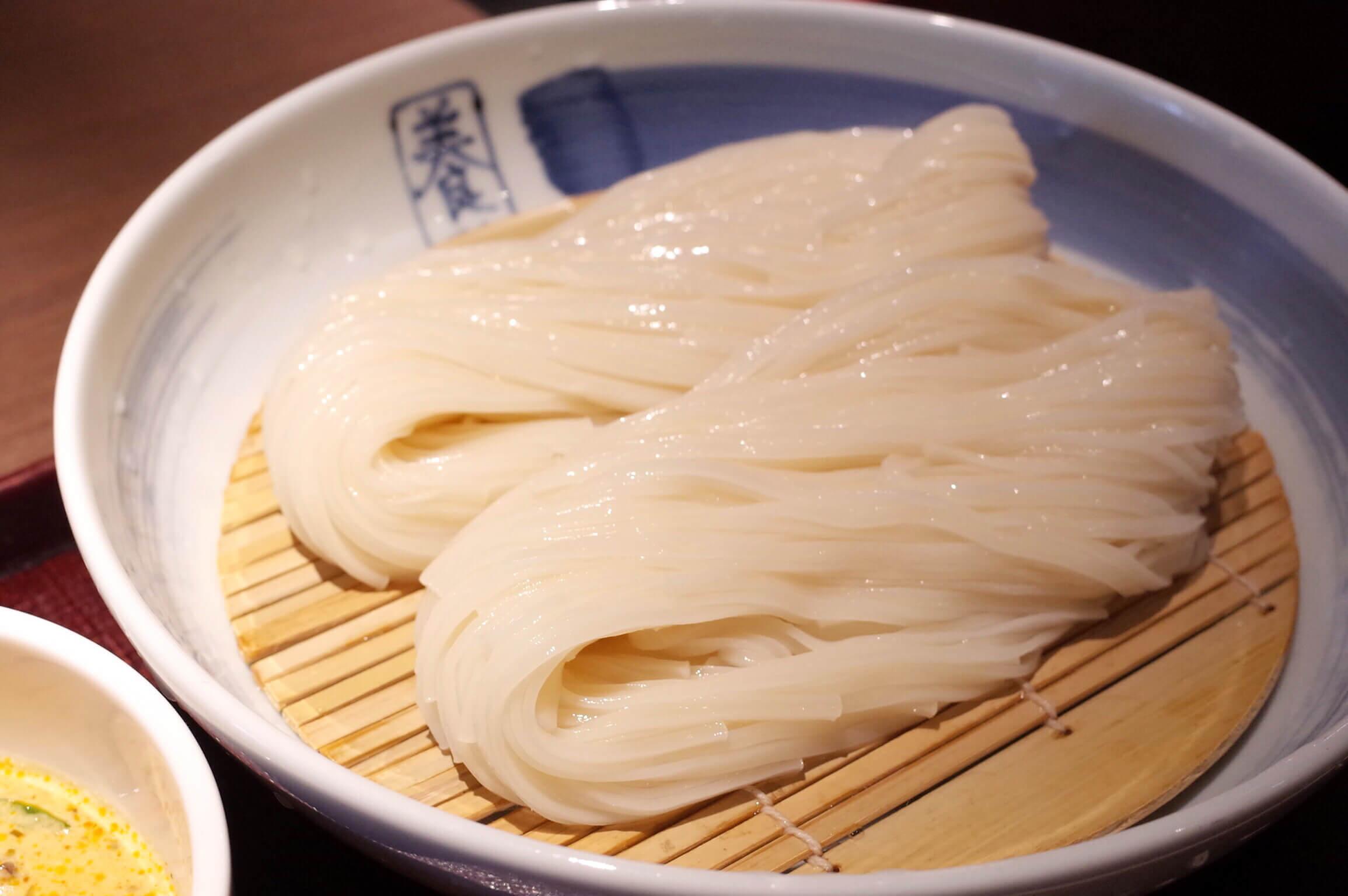 銀座「佐藤養助」稲庭うどんの喉越しがヤバすぎる!名物のグリーンカレーつけ麺をランチで堪能!