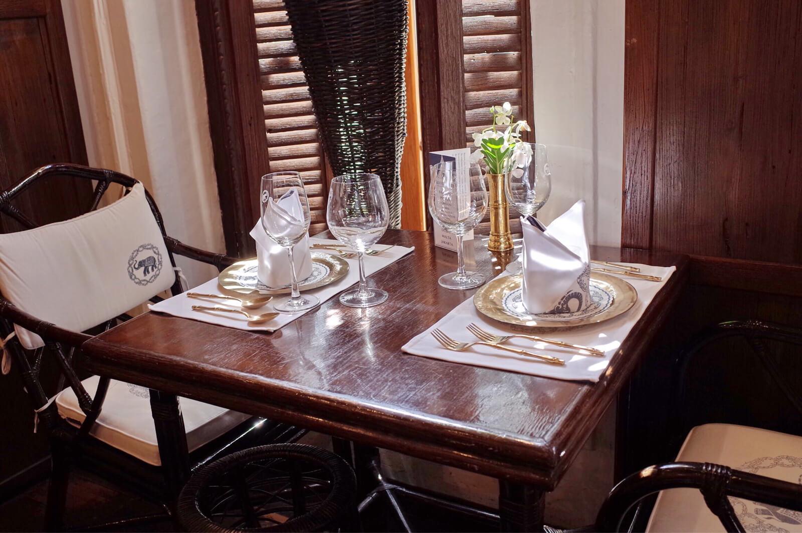 バンコク ブルーエレファント テーブル