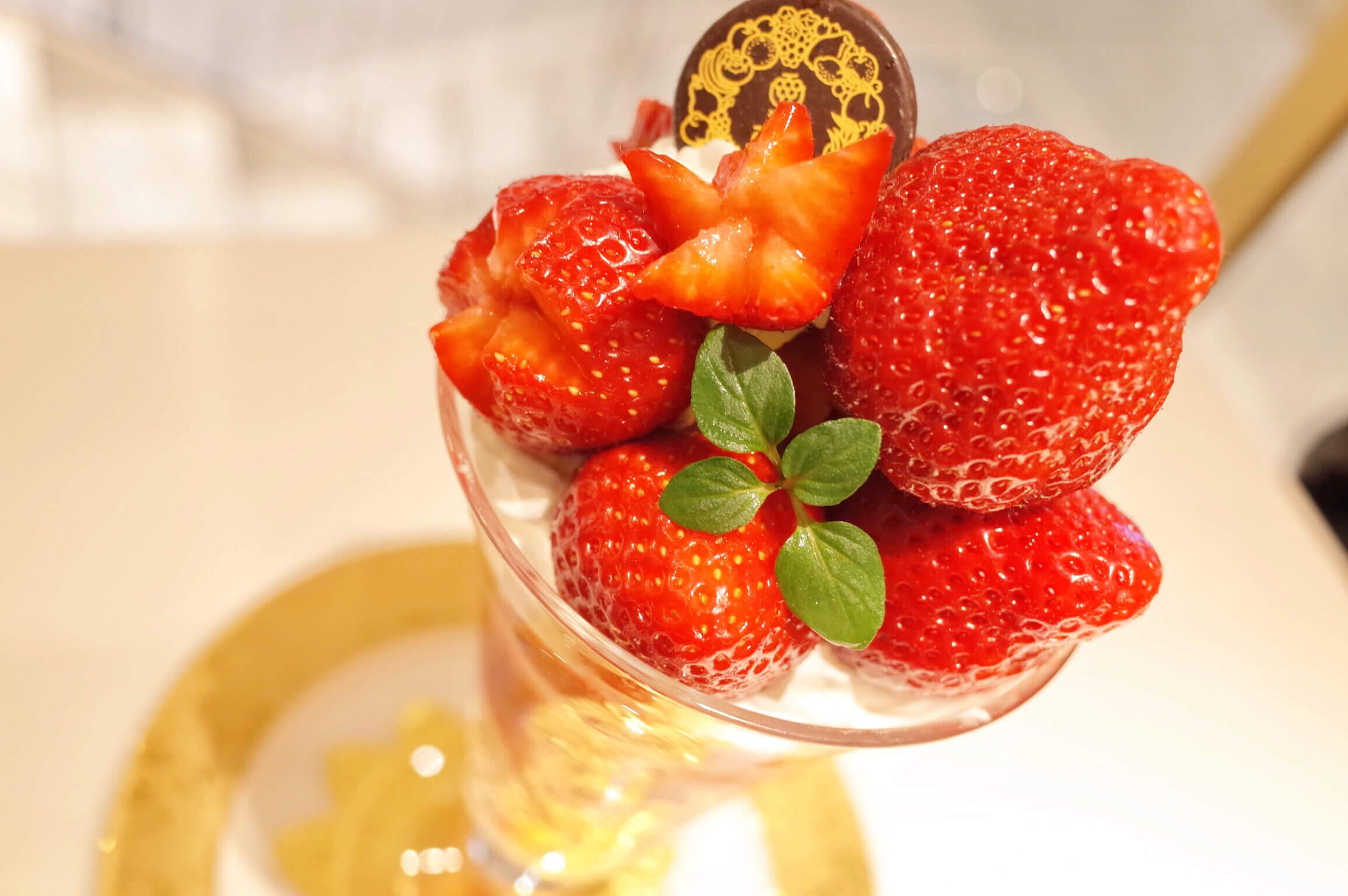 渋谷 西村フルーツパーラー | 苺好きは食べないと絶対に後悔するぞ!金色に輝く特選あまおう苺パフェ!