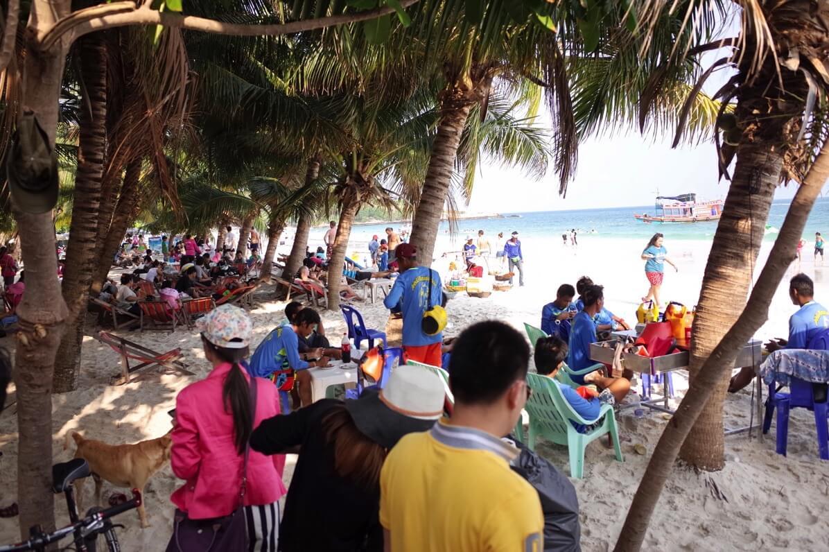 サメット島で一番賑やかなのはサイケオビーチ周辺 ナダン埠頭からも近いし格安のホテルも多数あるぞ
