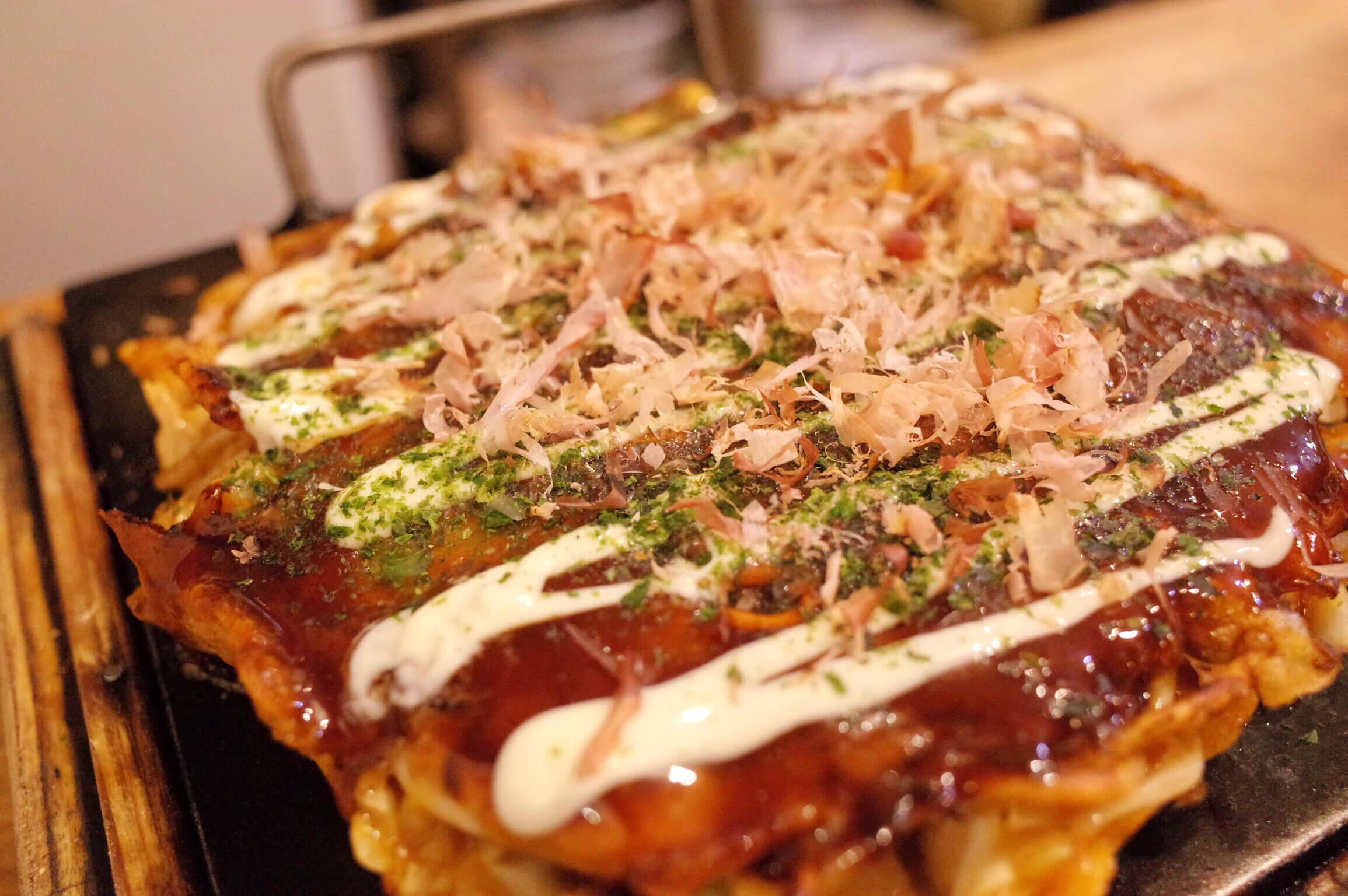 京橋でお好み焼きを食べるなら「花」の四角いミックスモダン焼きがおすすめ!