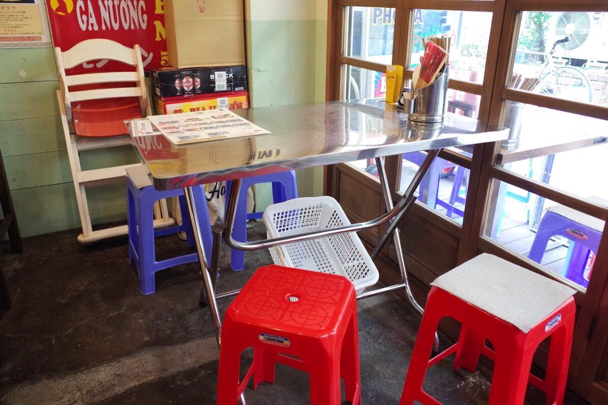 ビアホイチョップ 中野 椅子と机