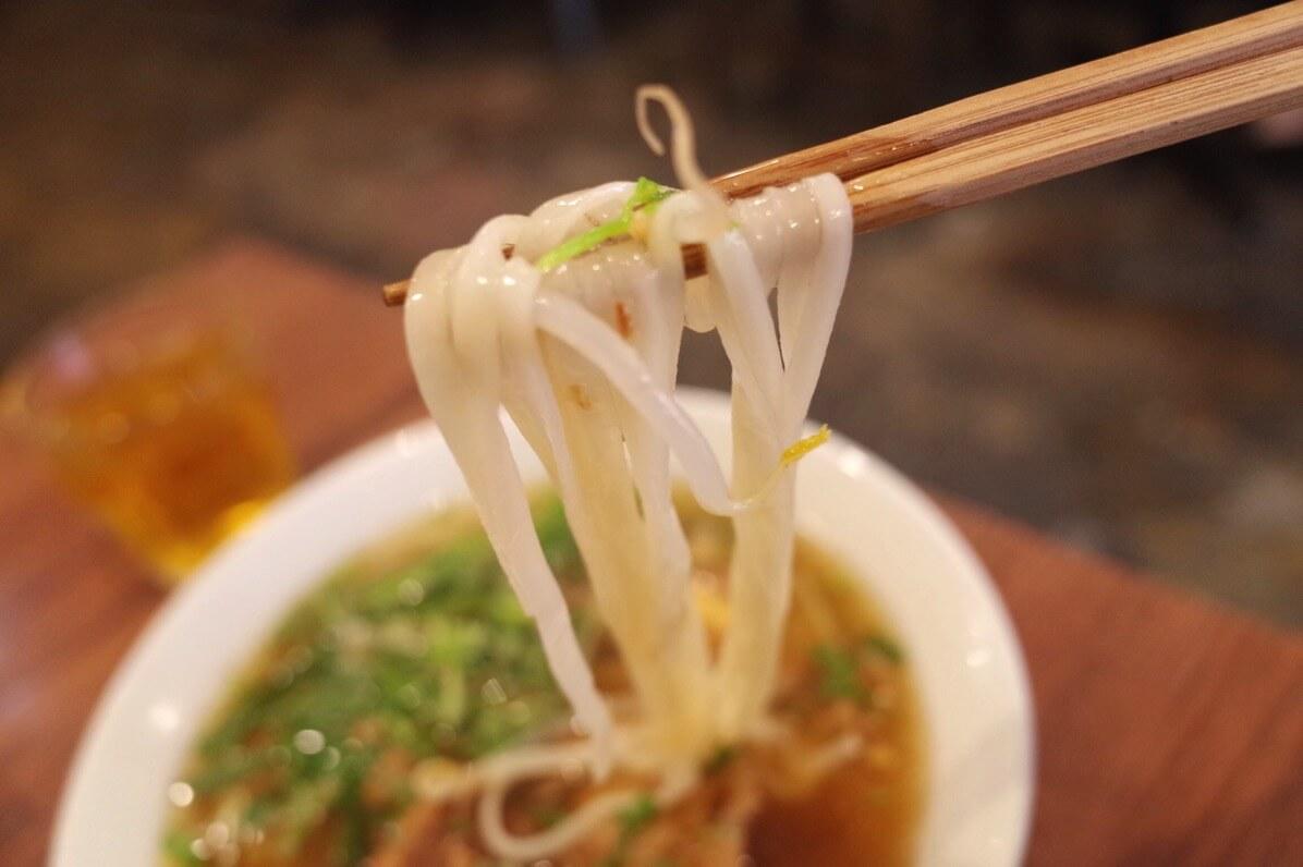 ビアホイチョップ 中野 豚角煮五香粉フォー 生麺