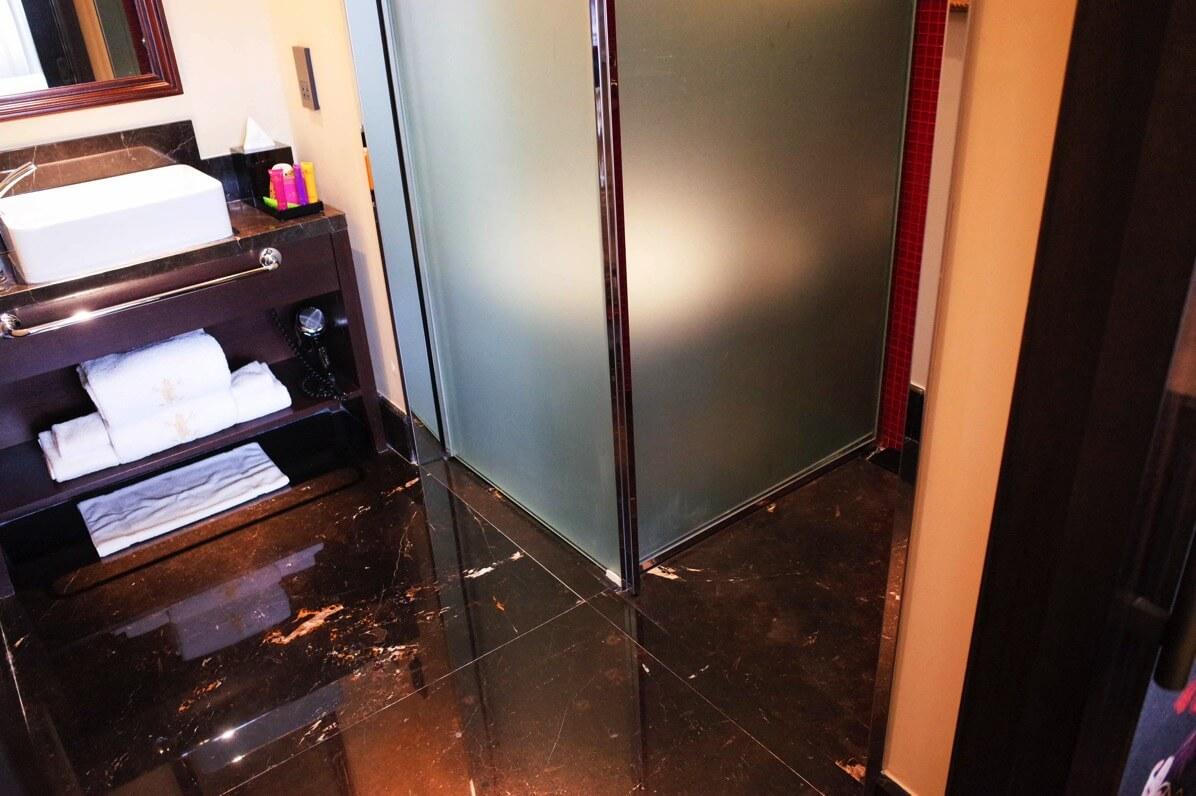 バガボンドのシャワー扉