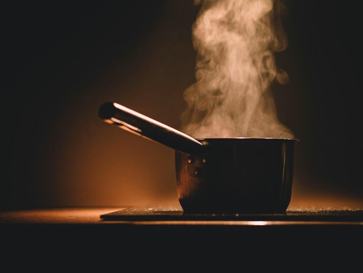 鍋で料理している