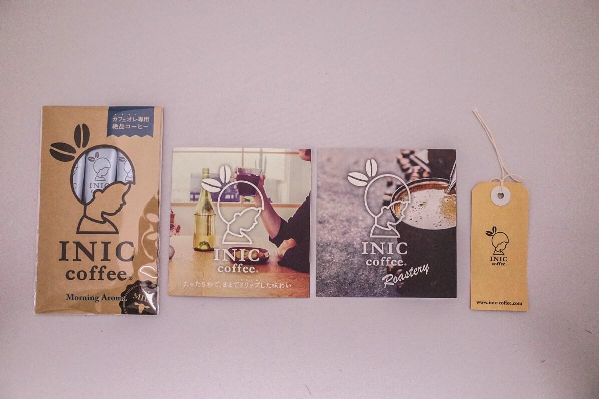 オマケのインスタントコーヒーとカタログ
