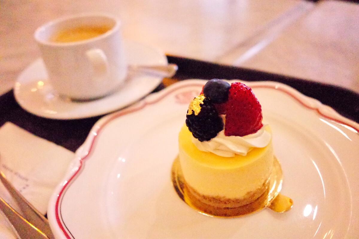 アーテンズベーカリーのチーズケーキとコーヒー