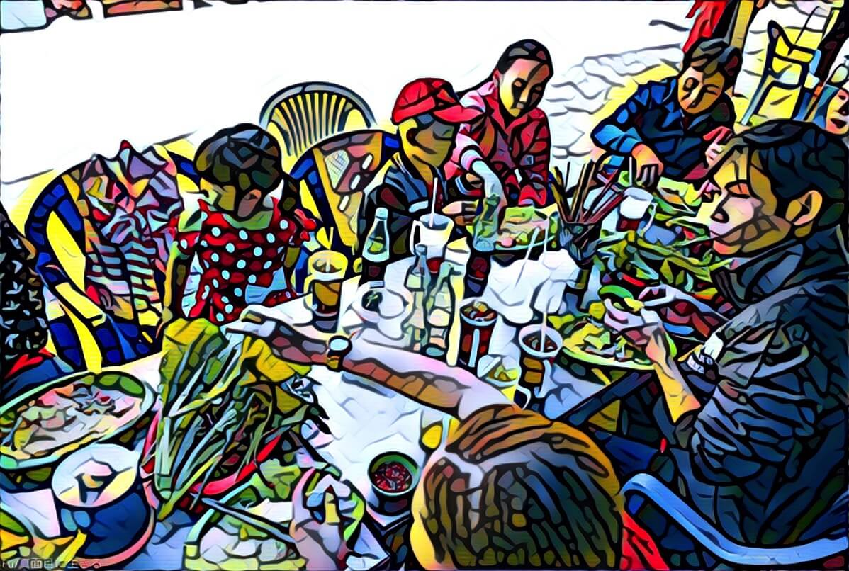 バインセオを食べる家族