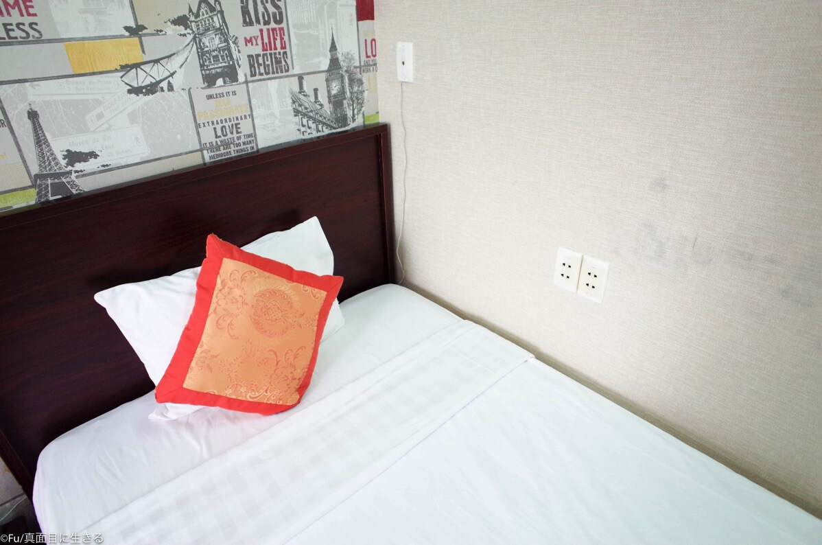 ベッド 枕が一つ コンセントあり