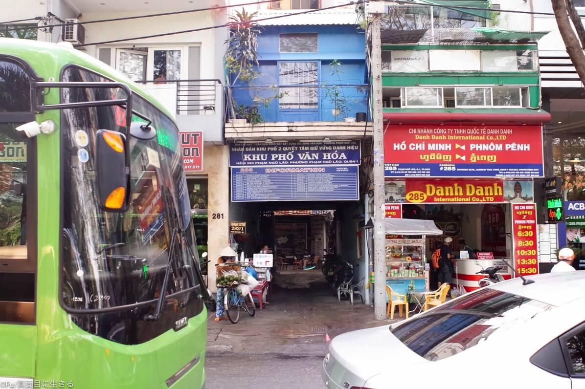 ホテル小道入口
