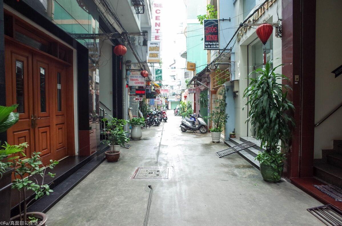ホテル前の小道