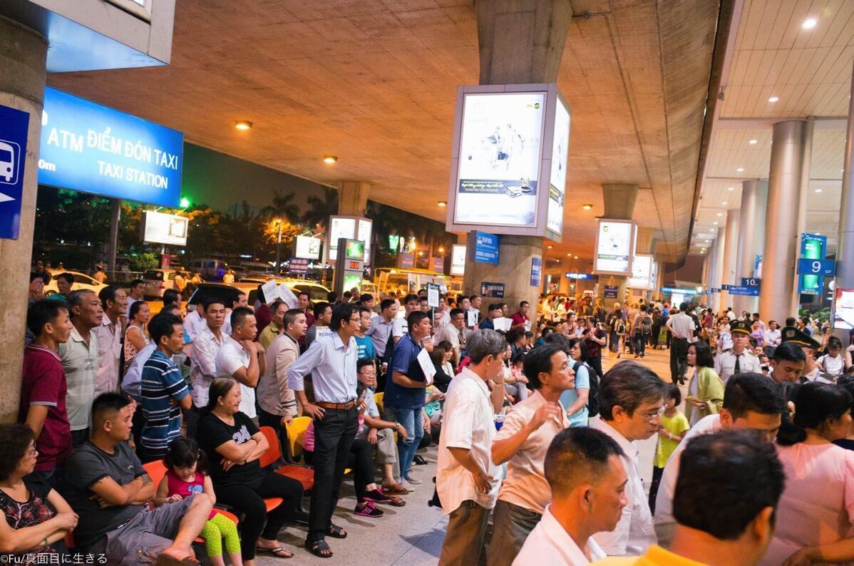ホーチミン空港 出迎えの人々