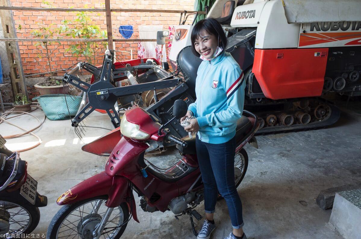 バイクの用意をする彼女