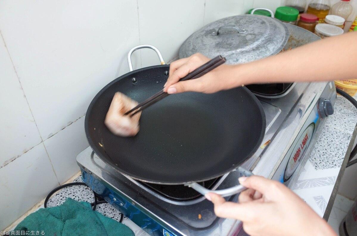 豚の脂身で鍋に油