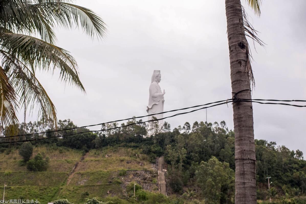 リンウン・バイブット寺には高さ67メートルの観音菩薩