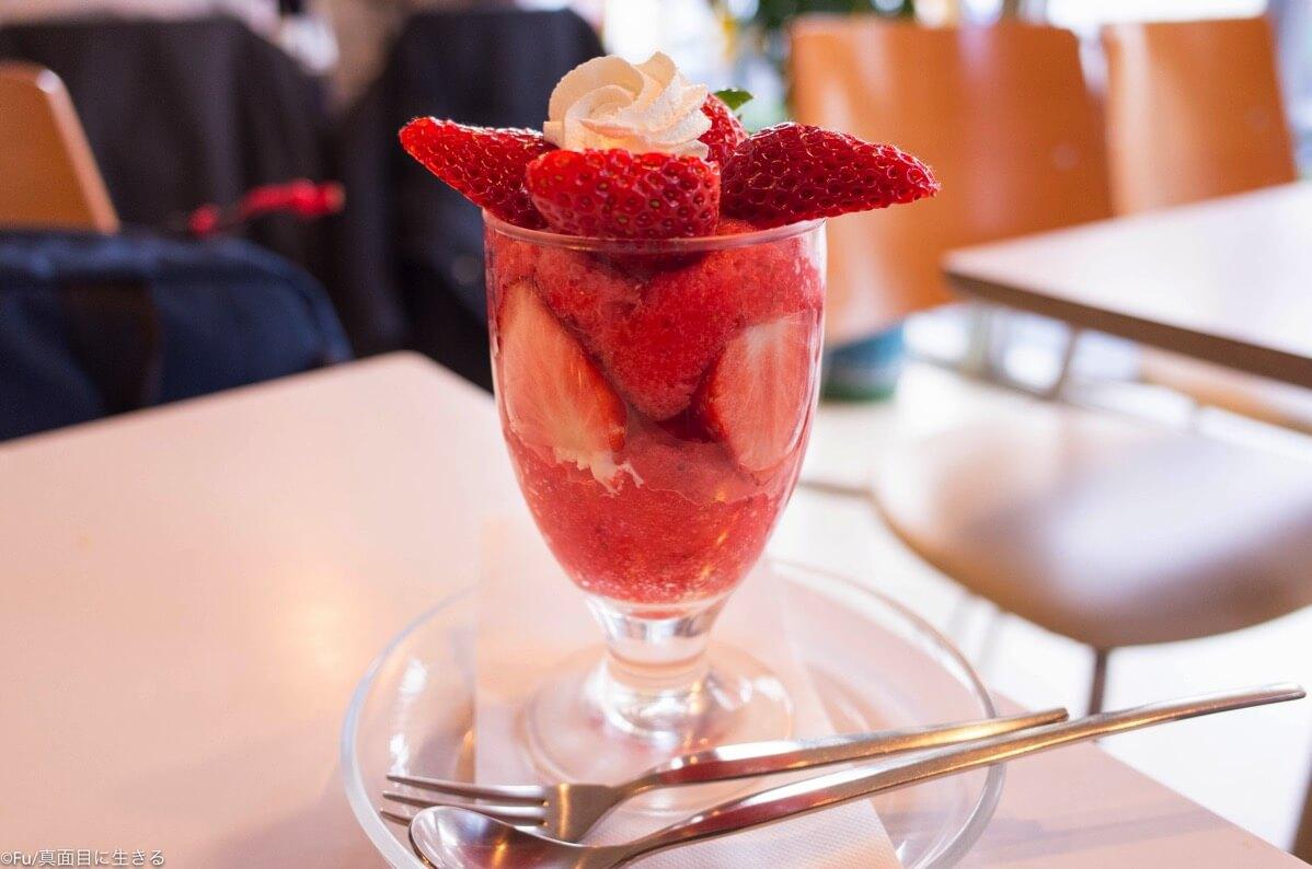 フルーツパーラーフクナガ 四谷三丁目 〜たっぷり苺をつかった「季節限定苺パフェ」が旨い、高コスパ