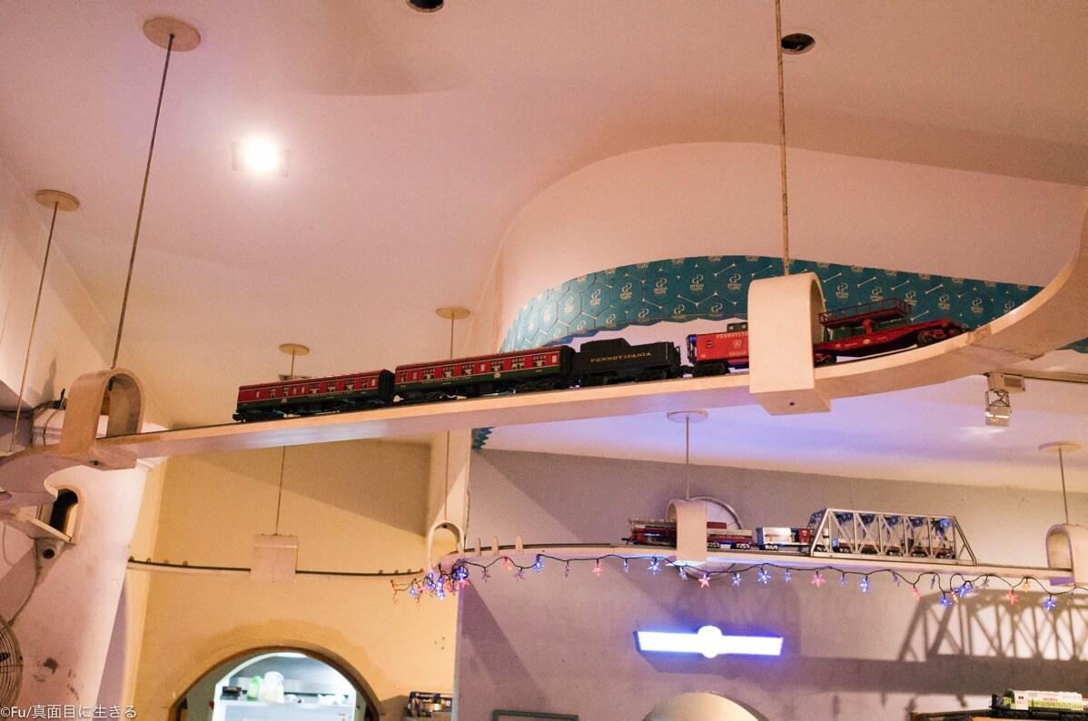 天井にある電車の模型