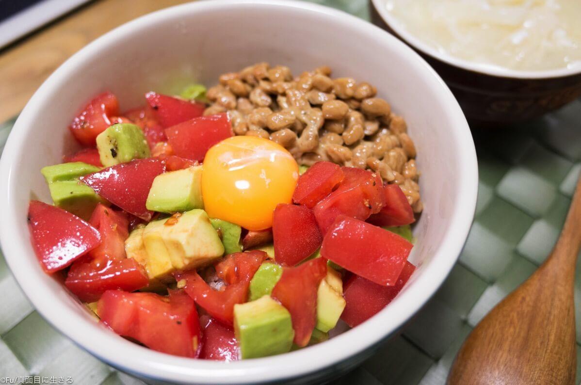 トマトとアボカド、納豆丼