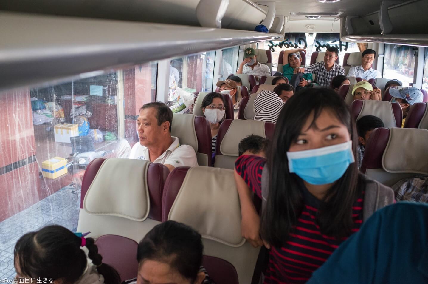 バス乗り場に移動するバス