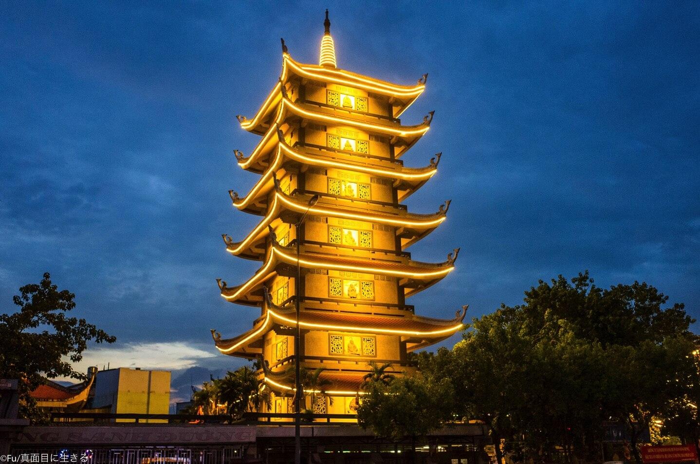 ライトアップされた寺院