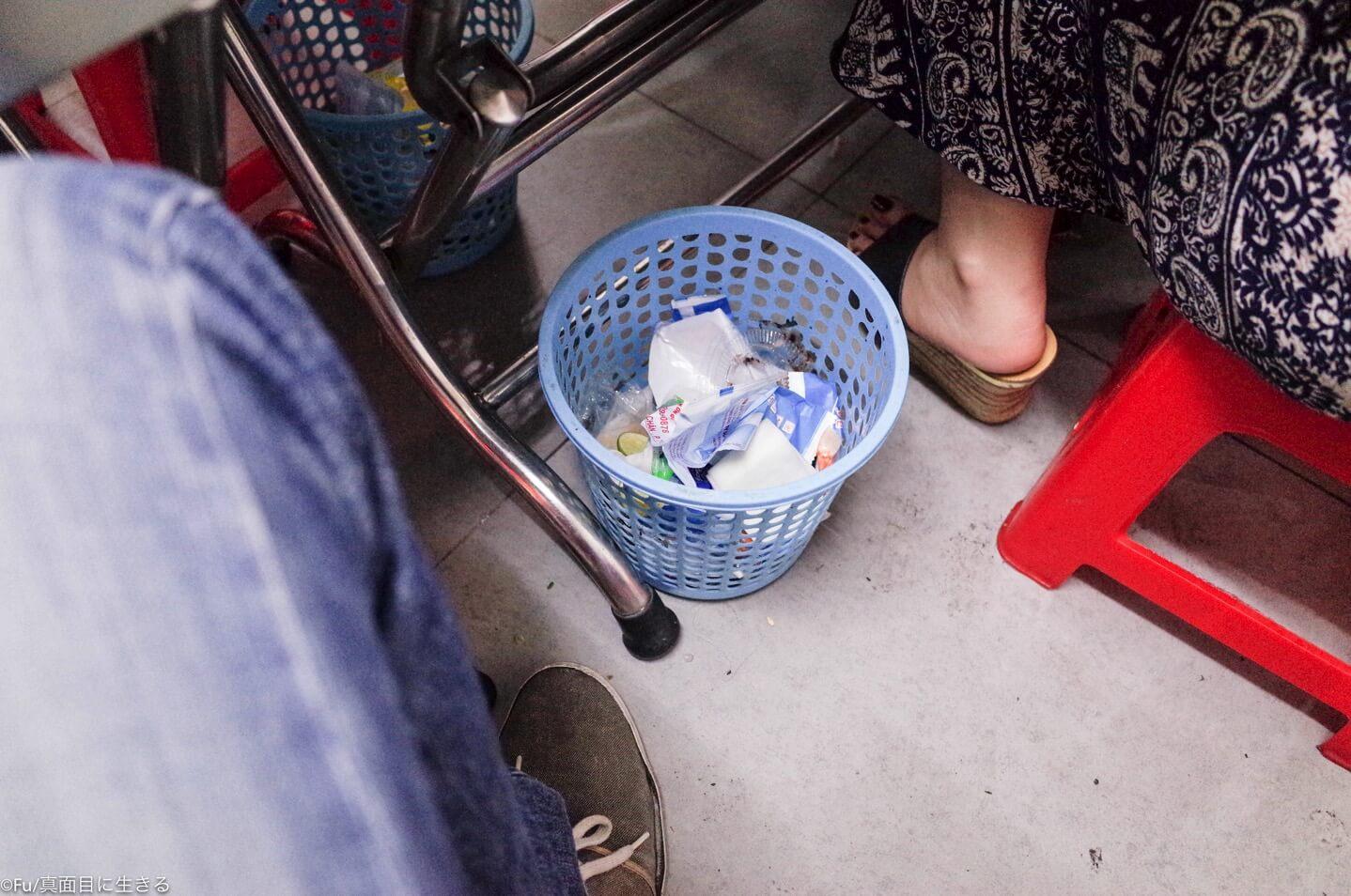 テーブルの下のゴミ箱