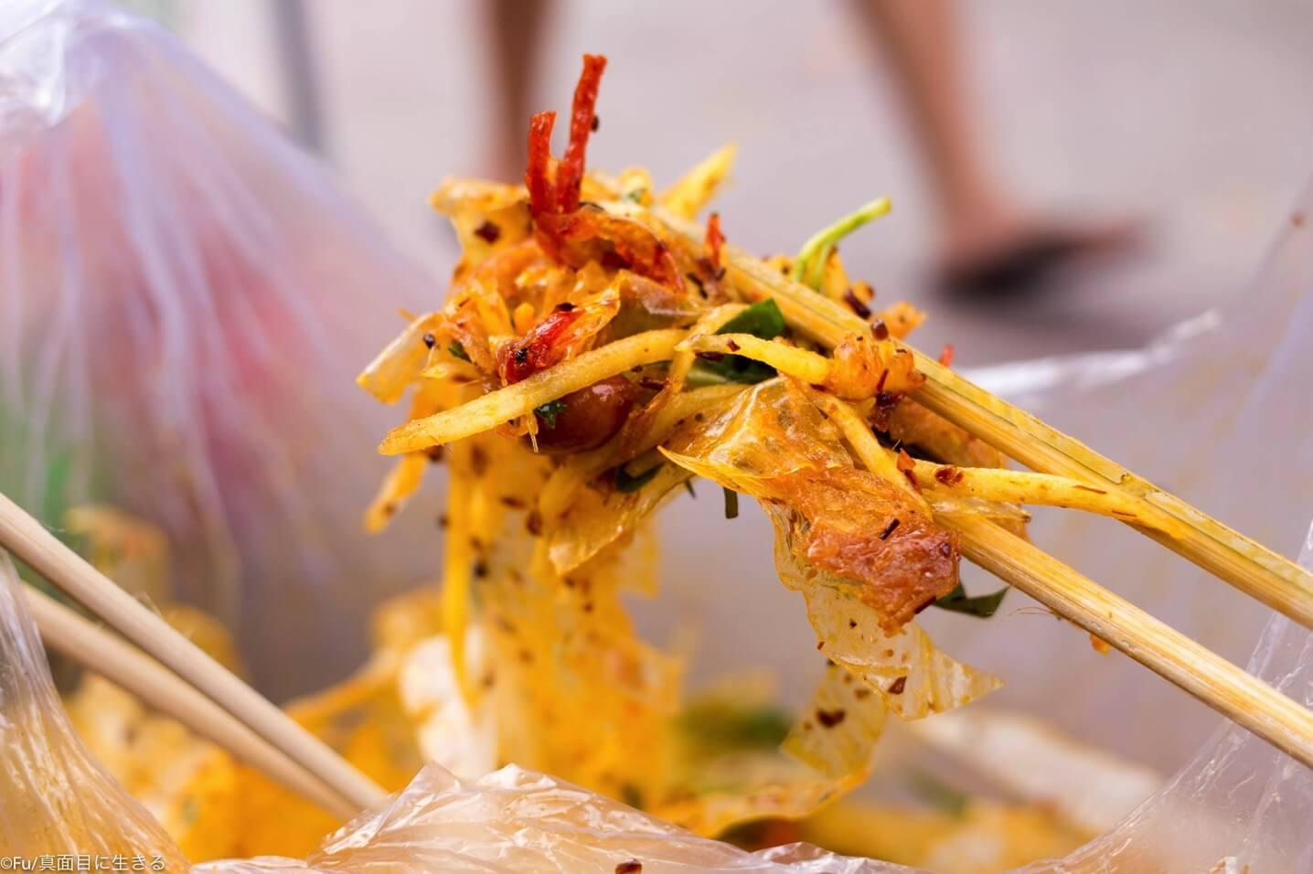 「バイン・チャン・チョン」細切ライスペーパーを和えたベトナム定番おやつ【ストリートフード・屋台料理】