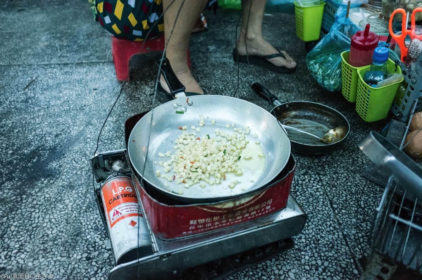 トウモロコシを炒める