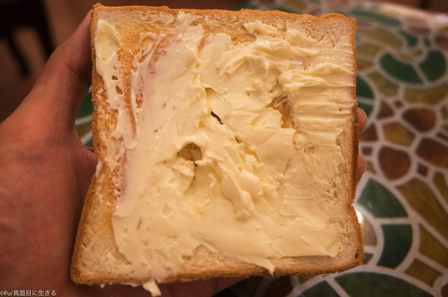 パンにクリームチーズを塗る