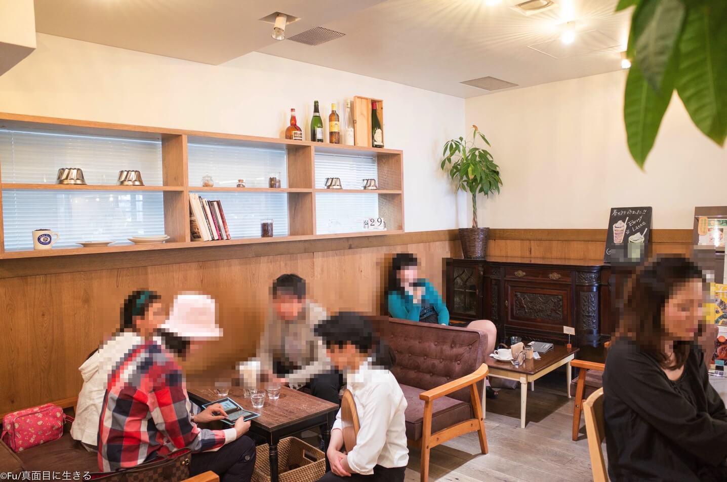 奥のカフェスペース