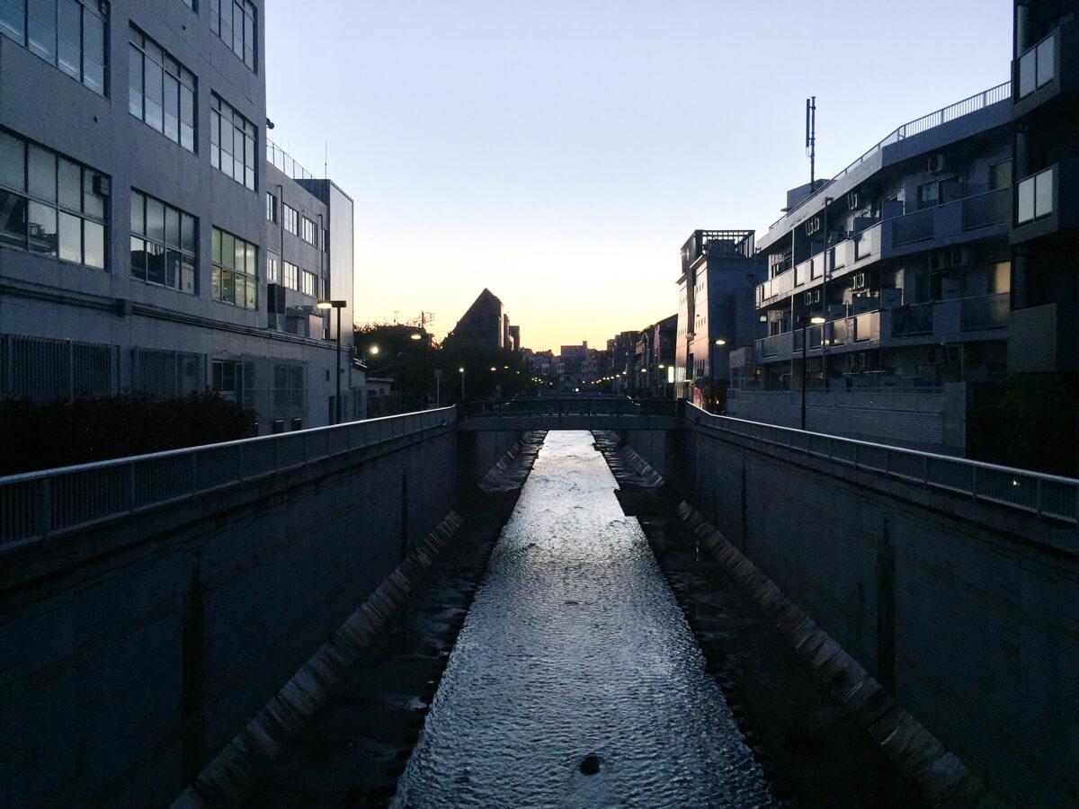 夕暮れどきの神田川