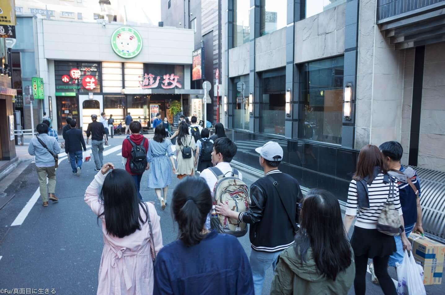 歌舞伎町を歩くベトナム人