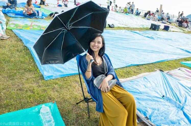 椅子と日傘