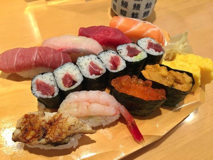 新宿栄寿司 本店 カウンター席で食べる寿司ランチが970円から! 新宿三丁目駅・伊勢丹に近くて便利