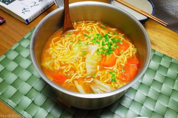 台風の日の食事はインスタントラーメンです