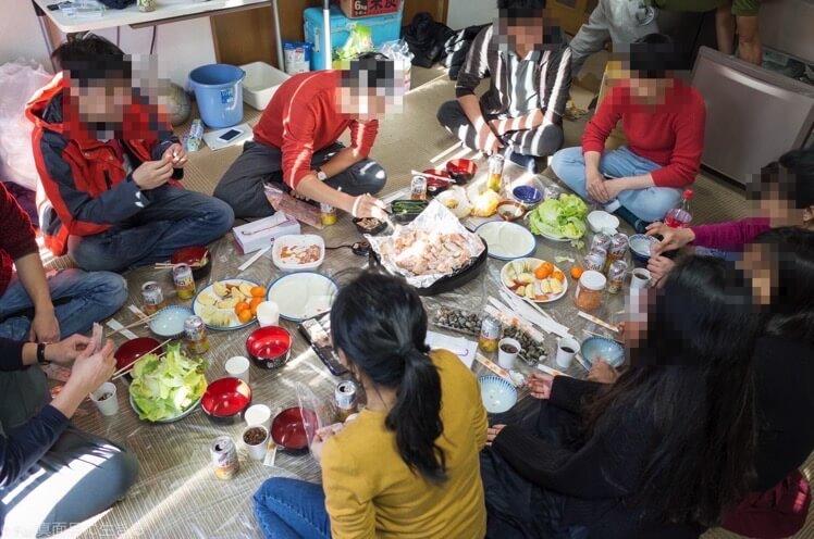 ベトナム人は床で食べる