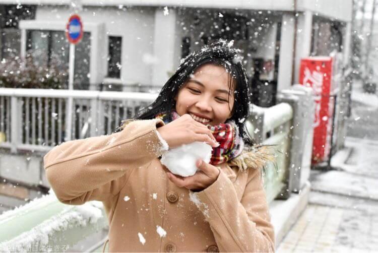 雪を握る嫁