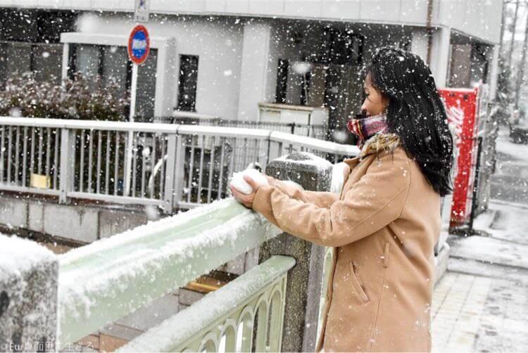 雪を集める嫁