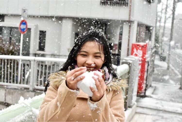 雪玉ができて喜ぶ嫁