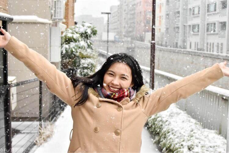 雪に喜ぶ嫁
