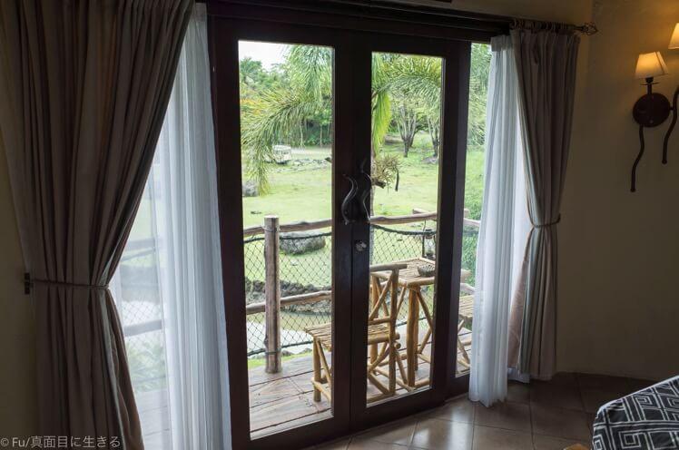 窓の外が動物の庭