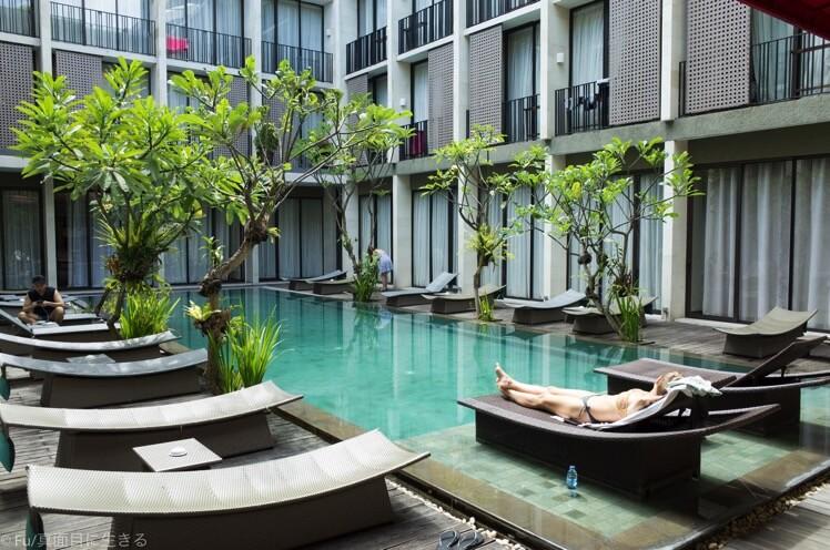 ホテルの中庭プール