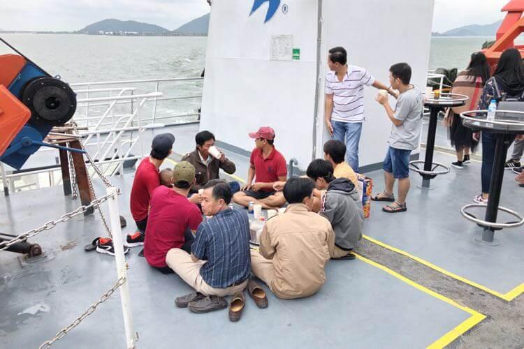 船内で飲み会を開く人たち