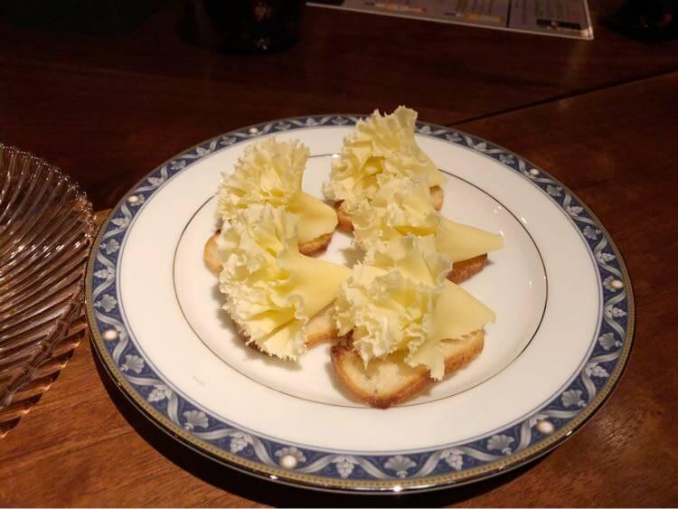 削ったチーズとパン