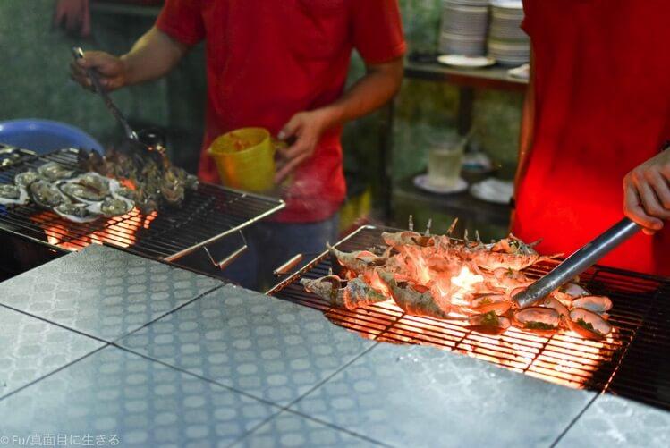 貝を焼いている