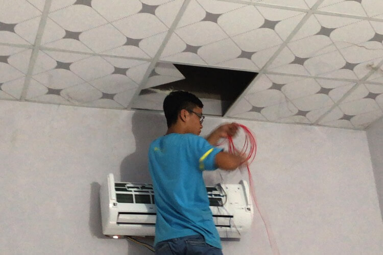 電気配線は天井から