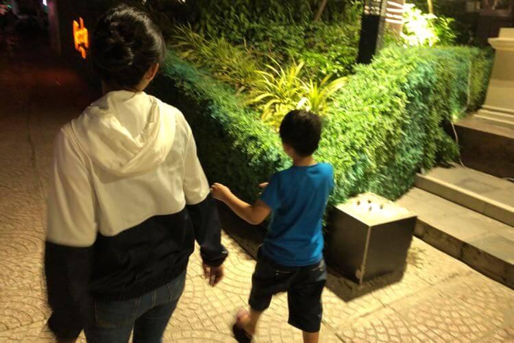 甥っ子と歩く嫁
