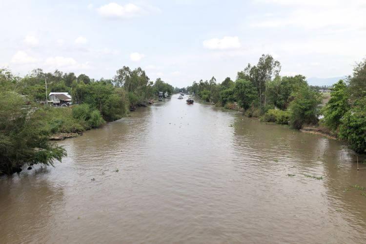 橋から見えるサイゴン川の支流