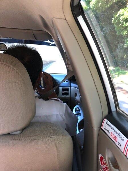 電話する運転手